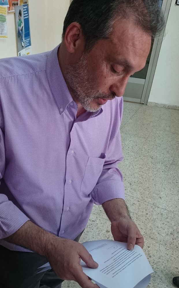 Jesús Magadán revisa la misiva donde el administrador comunica el cese de actividad si no se modifica el RD