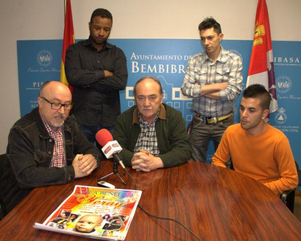 Nicanor García (organización), José Manuel Otero, y el padre del niño, David Garrido, con los presentadores Javier Domingos y Ángel López (de pie)
