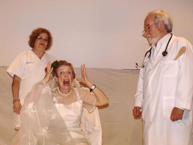 Miembros de la Universidad de la Experiencia en la representación de Un médico chalado - Imagen de archivo