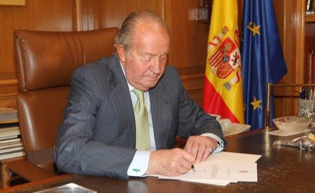 El Monarca firma la carta de abdicación. Foto: Casa Real
