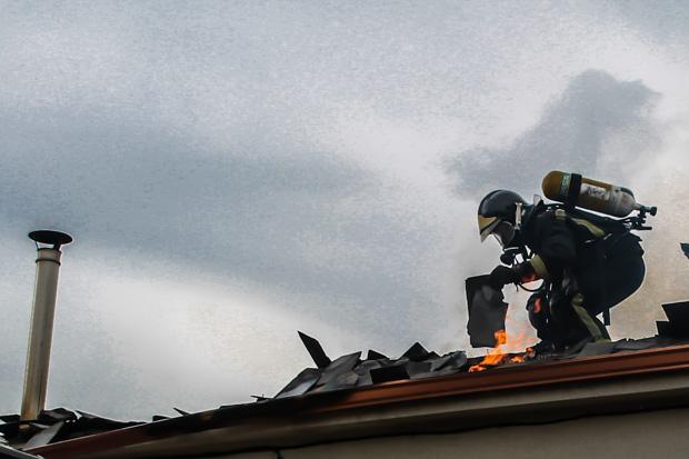 Foto de archivo: intervención de los bomberos durante el incendio en una vivienda en Las Ventas