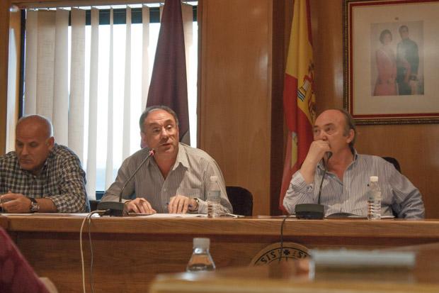 Otero atiende la intervención del concejal responsable del polígono en el último Pleno