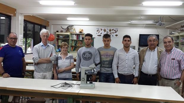 El secretario y profesor, Eduardo García (I), con Ángel Alonso a su lado, su esposa, alumnos y dos amigos del científico
