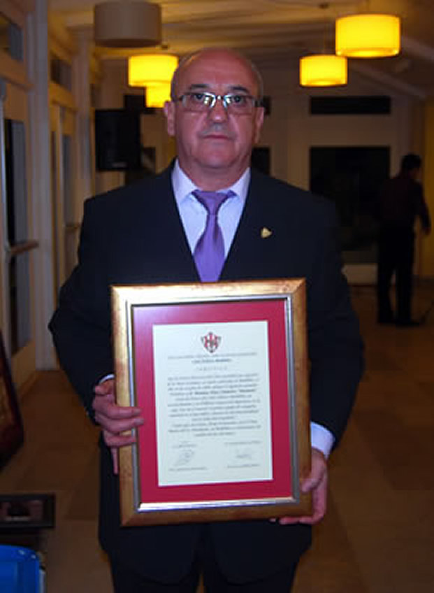 Marianín con el documento que lo acredita como Socio de Honor del Atlético Bembibre
