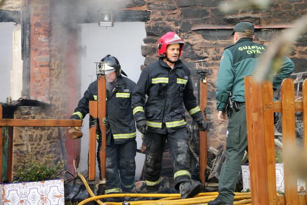 Momento en que los bomberos comunican a la Guardia Civil que localizaron el cadáver