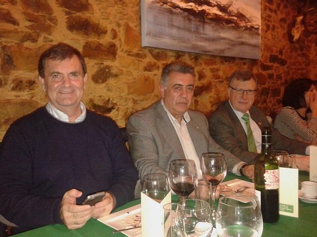 Ángel González (D) con el alcalde de Noceda Manuel Gómez y el diputado José Antonio Velasco