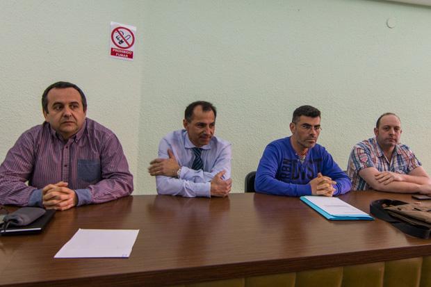 José Simón Ramos, segundo por la izquierda, durante la asamblea de este martes