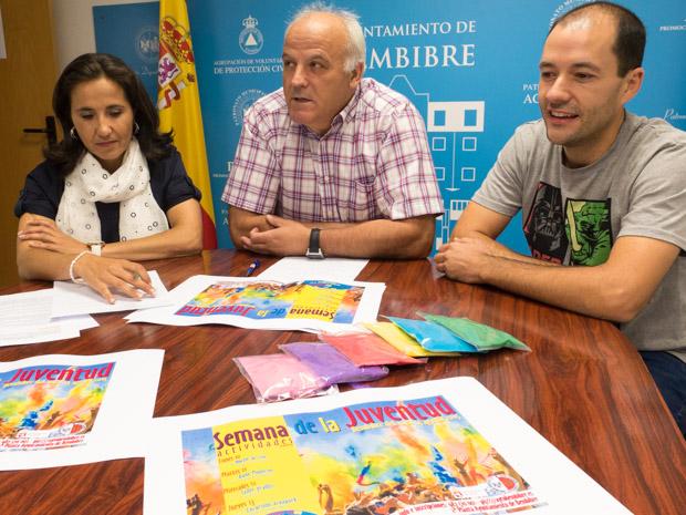 La coordinadora del PIJ, María Álvarez, el concejal de Deportes y Juventud, Serafín Vázquez, y el responsable de la empresa Animatio, Javier Arias, en la presentación