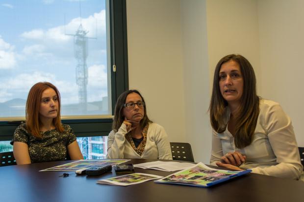 Yoli Navarro y Carmen Rey con la concejala Laura Álvarez en la presentación de los actos del décimo aniversario