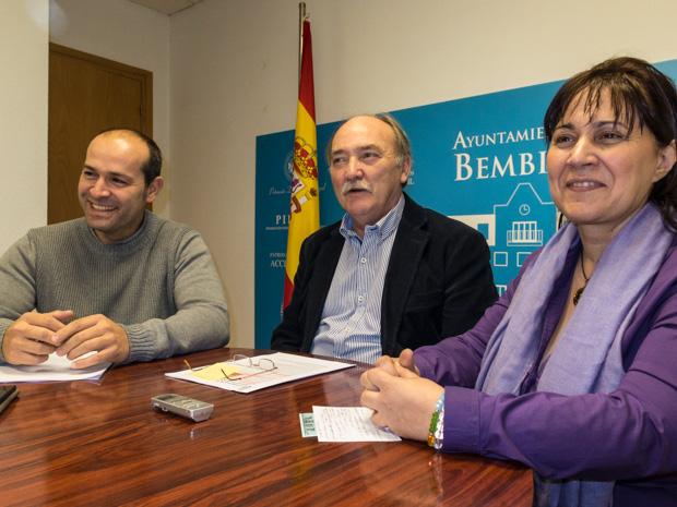 La organizadora, Toñi Escudero, con el alcalde y el presidente de Acobem