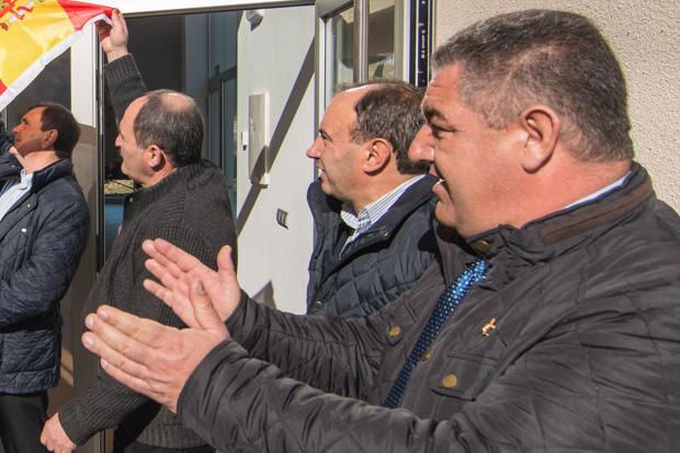 Alfonso Pérez, en primer término, con Román Díaz al fondo en una inauguración