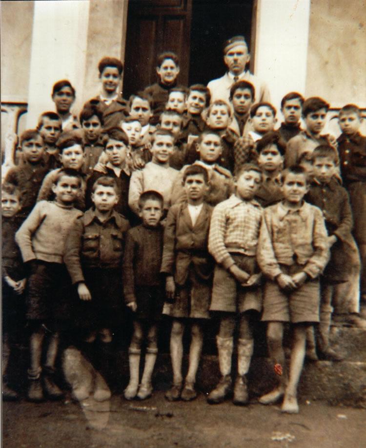Don Victoriano con sus alumnos en las Escuelas del Santo