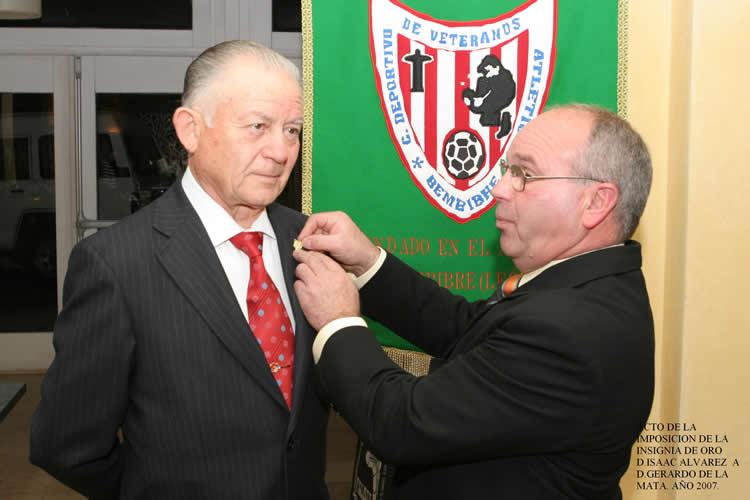 Gerardo de la Mata recibe la insignia de oro de manos de Isaac Álvarez