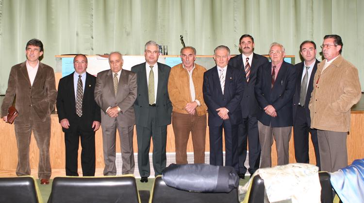 Gerardo de la Mata junto a varios expresidentes del Atlético Bembibre, entre ellos su hijo Gerardo