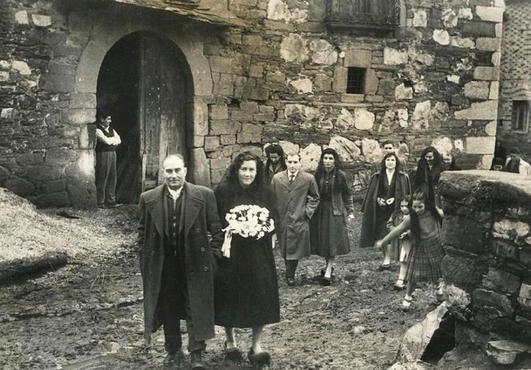 En el centro de la foto: boda de Delfina Martínez y Enrique Cubero con sus padrinos Manuel y Rosenda el 8 de Febrero de 1958. A la izquierda: montón de serrín del taller de carros de Eduardo González, y el estado original de la fachada de la casona de los Vega.