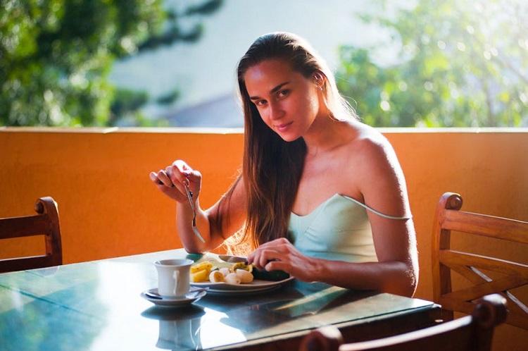 relacion comida animo chica desayunando