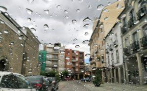 Lluvia coche plaza Mayor Bembibre