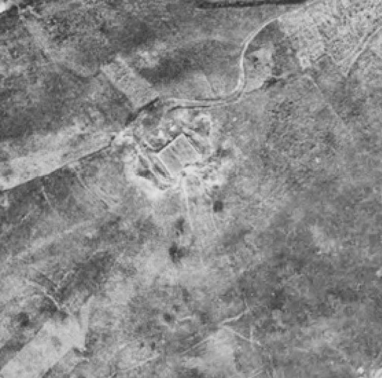 La Corona en 1977. Depขsito ya construido, las zonas sombreadas conforman cกrculos que se corresponden con los terraplenes del castro